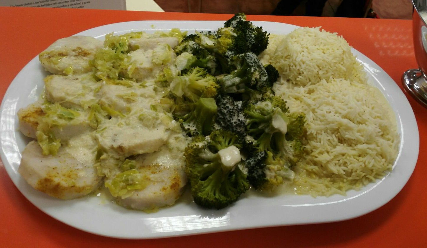 MERLUZA AL CURRY CON ARROZ Y BRÓCOLI