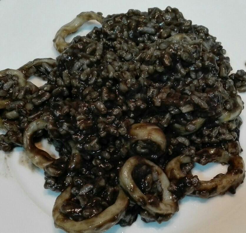 Arroz negro cremoso con calamares.