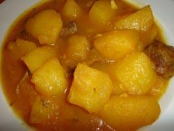 Guisadillo de carne con patatas y salsa de almendras