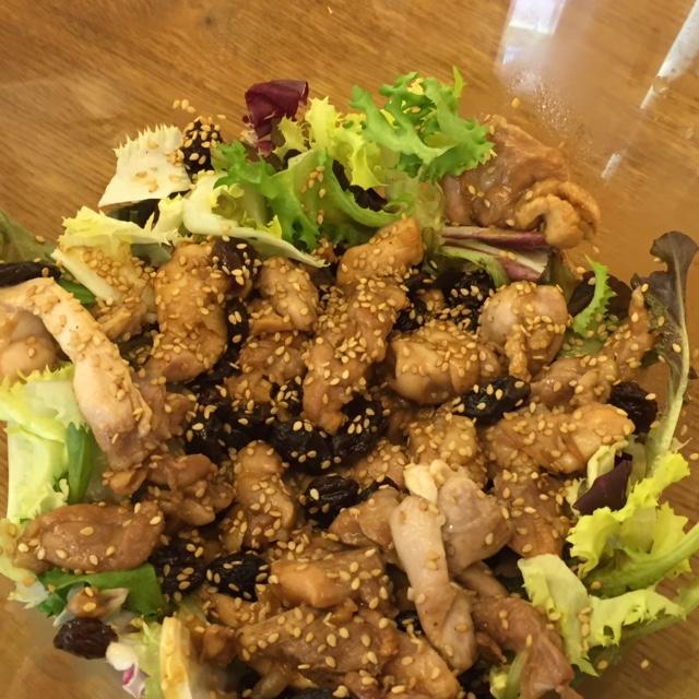 Ensalada templada de pollo,uvas y pasas