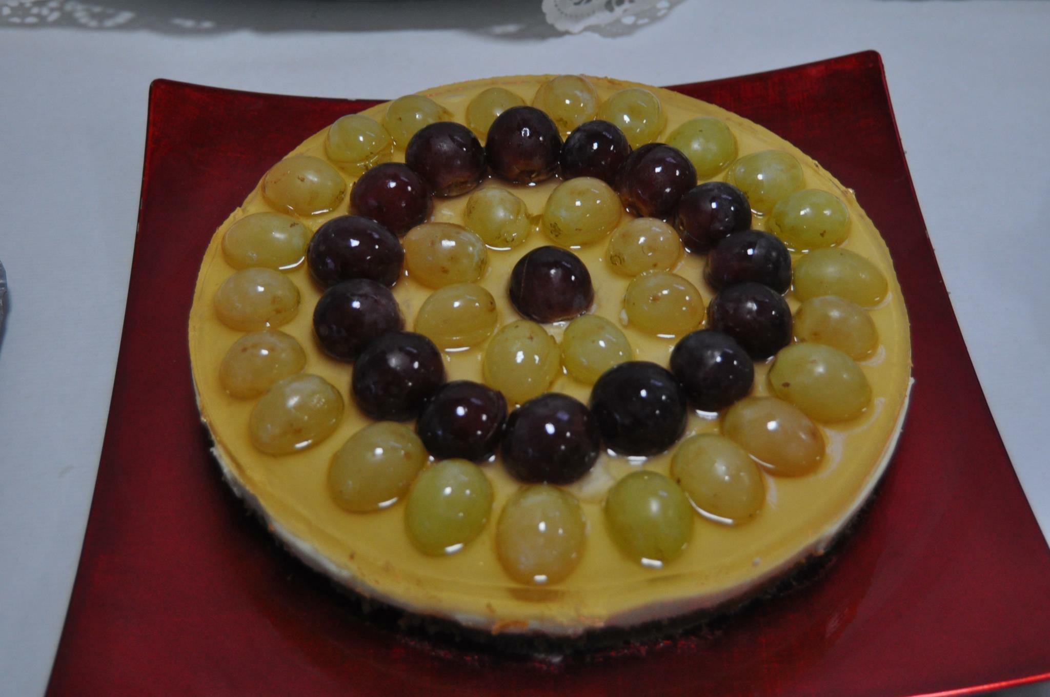 Tarta de queso y uvas con gelatina al moscatel