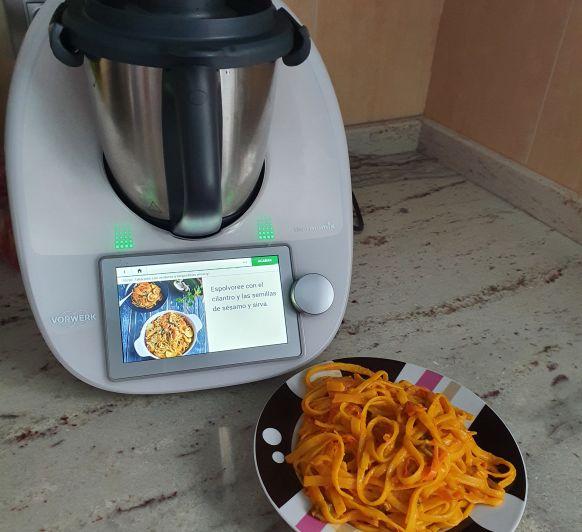 Pasta Thermomix® . Tallarines con verdura y langostinos al curry.