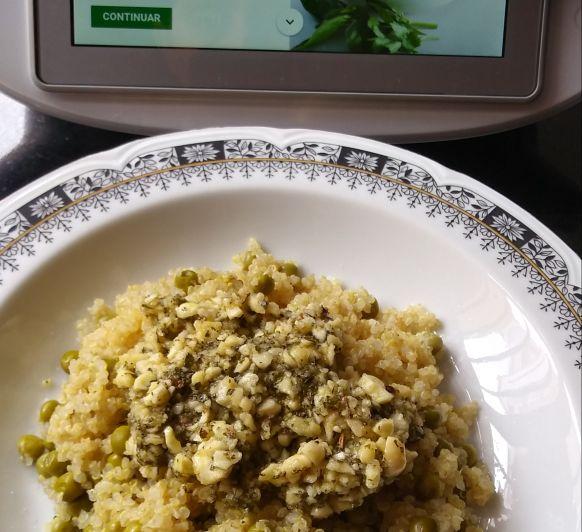 Video- receta: Quinoa con guisantes y pesto de almendra. Sin gluten, sin lácteos, vegana, vegetariana.