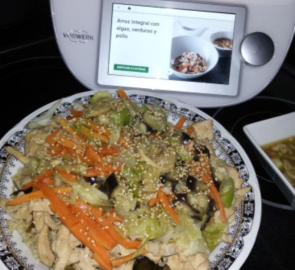 Vídeo-receta: Arroz integral con algas, verduras y pollo.