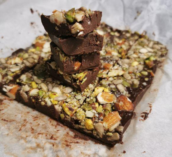 Cuadraditos de chocolate cremoso con frutos secos