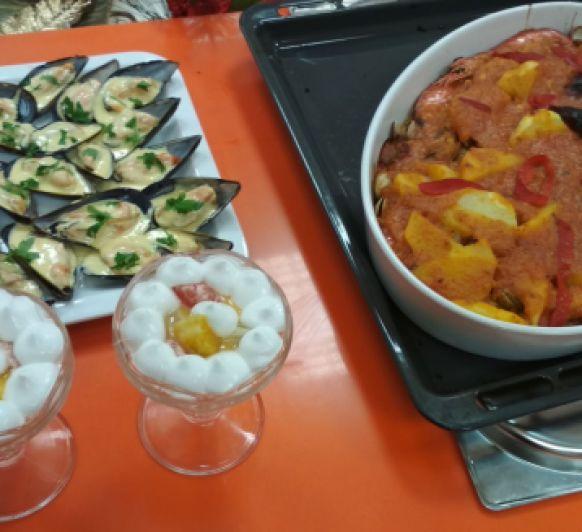 Menú de Navidad 2018: Mejillones con salsa maltesa. Caldereta de dorada y marisco al horno. Postre de merengue y cítricos.