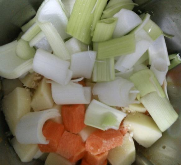 Thermomix® Menú completo: Sopa de patata y zanahoria, brochetas de rape y manzanas al vapor. Sin gluten, Sin Lácteos.